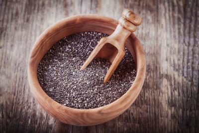 Chia Samen in einer hölzernen Schüssel, auf einem Holztisch