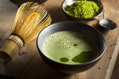Matcha Tee, mit Besen und Schüssel